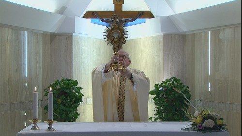 O Papa reza pelos enfermeiros, exemplo de heroísmo. A paz de Jesus nos abre aos outros