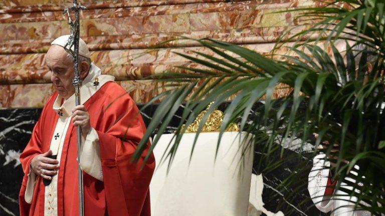 O Papa no Domingo de Ramos: Jesus sobe à cruz para descer ao nosso sofrimento
